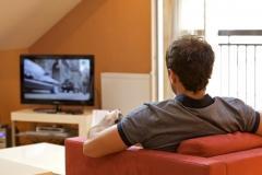 تماشاي طولاني مدت تلويزيون باعث ابتلا به بيماري ''زوال عقل'' مي شود؛ تاثير منفي تماشاي تلويزيون از اينترنت گردي بيشتر است