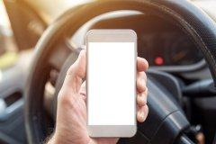 جریمهی ۲۰۰ پوندی برای لمس تلفن همراه در حین رانندگی