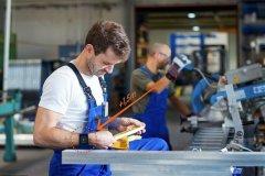 دستبندهای مخصوص، فاصلهگذاری اجتماعی را به کارگران هشدار میدهند