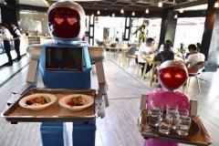 رباتهای سخنگو پیشخدمت رستوران میشوند