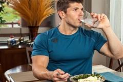 همراه غذا «آب» بخوریم یا نخوریم؟