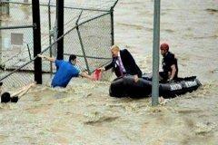 انتشار عکسی جنجالآمیز از امدادرسانی ترامپ به قربانیان توفان فلورنس!