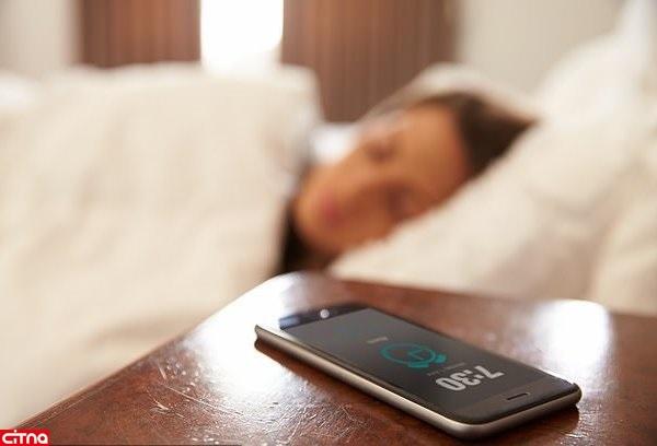هشدار دانشمندان پیرامون خوابیدن در فاصلهی نزدیک تلفنهای هوشمند