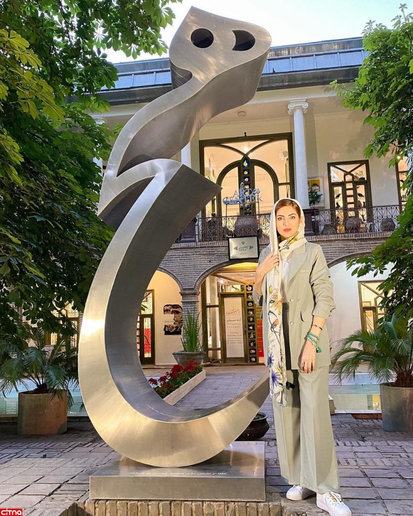 اینستاپست خانم بازیگر با ژستهای جالب کنار هیچ پرویز تناولی
