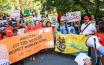 تظاهرات کارکنان معترض آمازون مقابل خانه جف بزوس