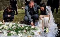 اشکهای دختر ایرانی با لباس عروس سر مزار نامزد مقتولش در آمریکا