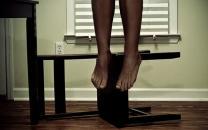 دار زدن یک زن توسط مرد شیطان صفت در خانه مجردی