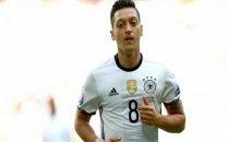 سخنان تند اسطوره فوتبال آلمان علیه اوزیل: دعوت او اشتباه بود