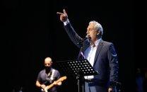 پست علی اوجی از رامبد جوان و همسرش کنار مهران مدیری در پشتصحنه کنسرت