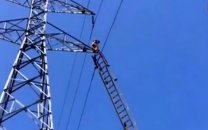 خودکشی از روی دکل برق در جنوب تهران (+وحشتناک ترین عکس)